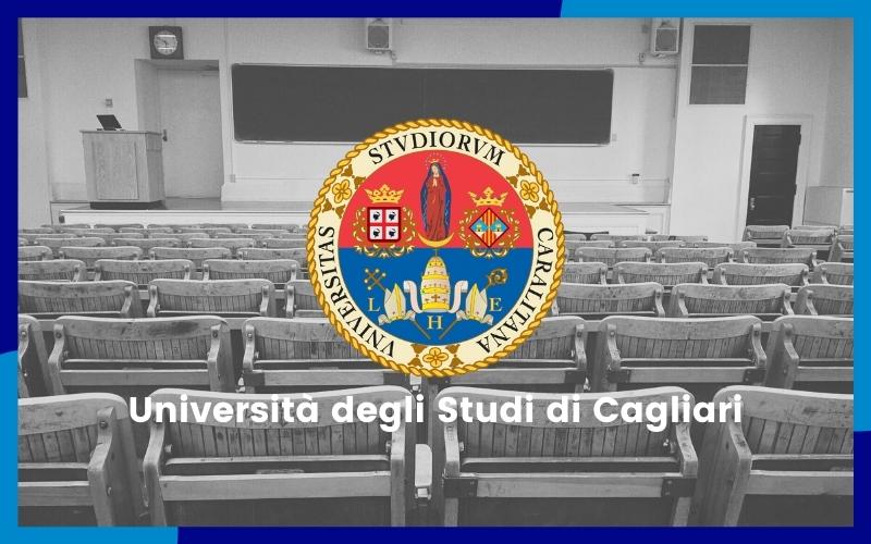 Interno di un aula, al centro dell'immagine vi è il logo dell'università di Cagliari