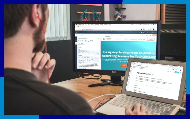Ragazzo che usa il computer con due monitor